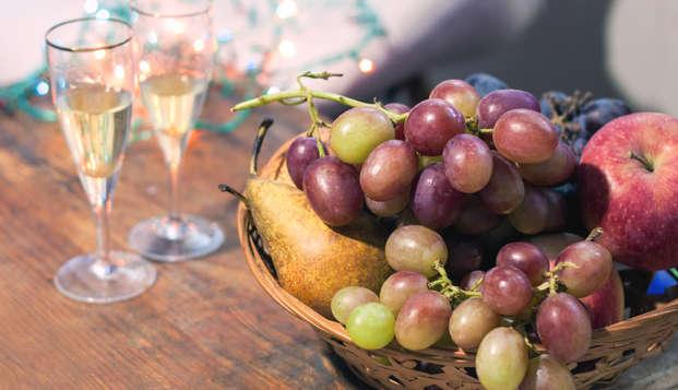 Nochevieja en Almería con botella de cava, uvas de la suerte y surtido navideño en la habitación