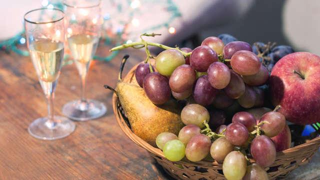 Saint-Sylvestre à Almeria: cava, raisins de la chance et assortiment de noël dans la chambre