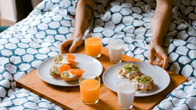 Information petit-déjeuner servi en chambre pour 2 adultes