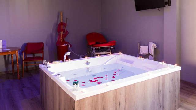Escapada total sensual: Sofá tantra, jacuzzi y sala de juegos y cadenas en la habitación