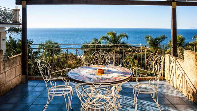 Weekend romantico in Calabria: sulla Costa Viola con cena e massaggio di coppia