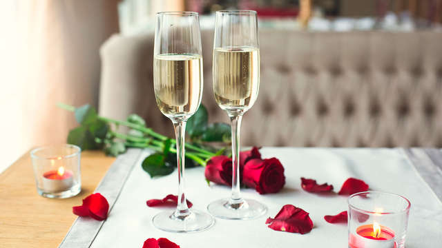 Saint-Valentin romantique avec pétales et champagne dans la ville de l'Amour