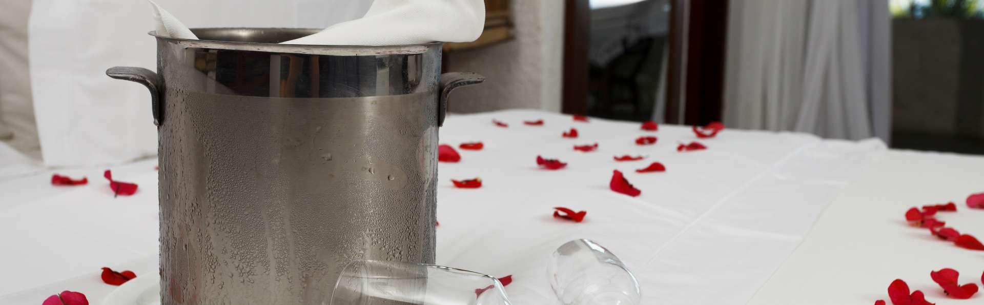 Escapada Romántica con cava, pétalos y fruta en Casa Amal en Vejer de la Frontera (desde 2 noches)