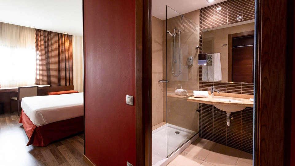 Hotel Las Artes - EDIT_Hab_puerta_bano_05.jpg