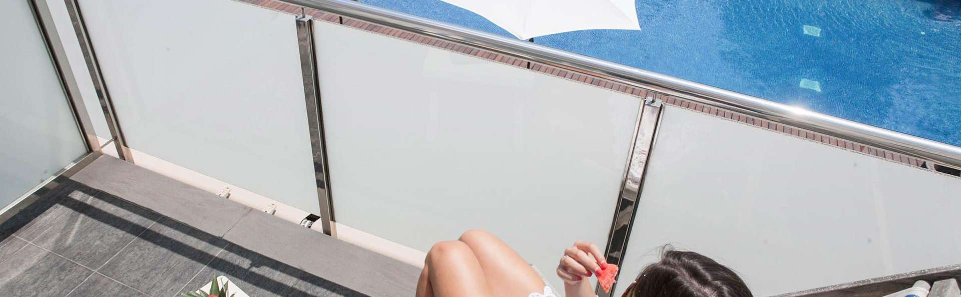 Disfruta en pareja de una escapada romántica: habitación vista piscina, cava y bombones