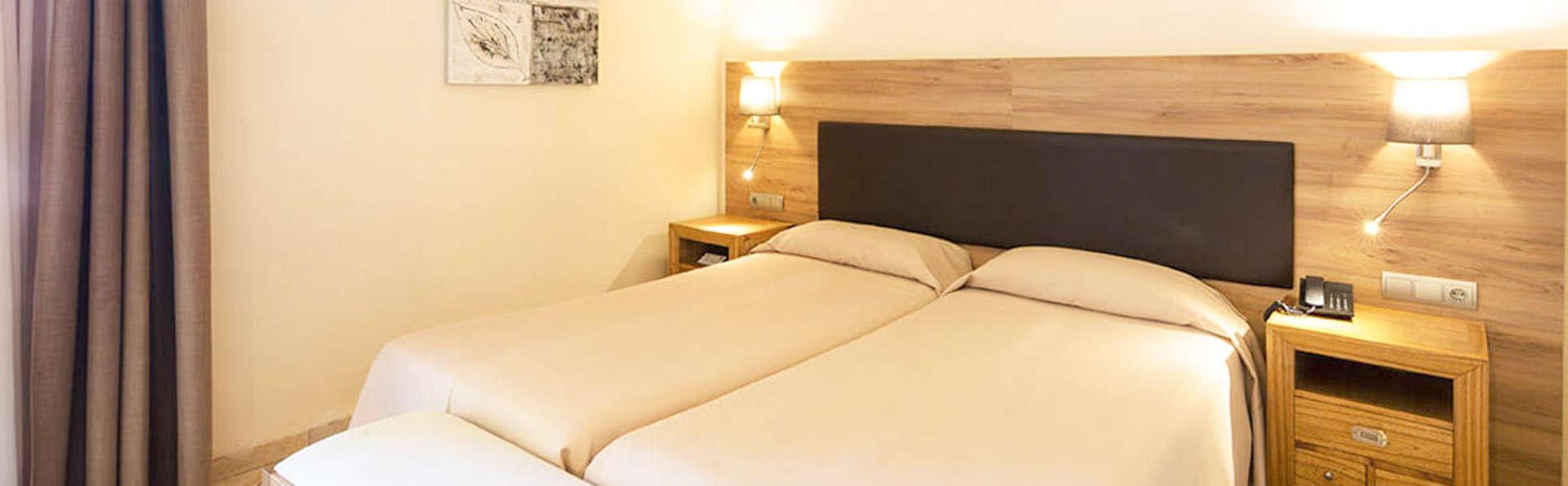 Hotel Eden Roc - EDIT_BEDROOM_02.jpg