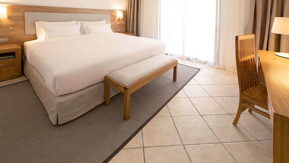 Hotel Eden Roc - EDIT_BEDROOM_05.jpg