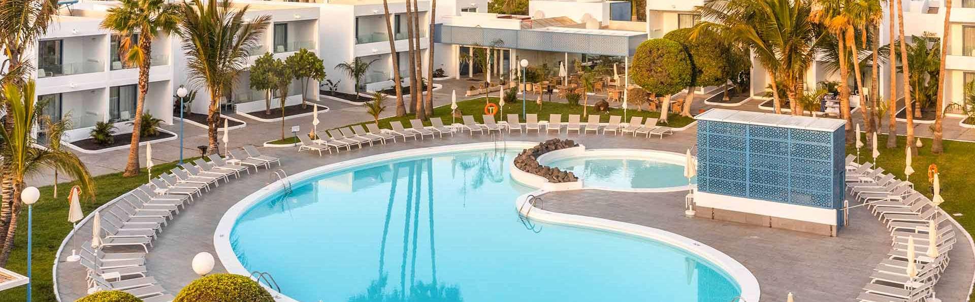 Escapada en un resort con piscina a pie de playa en Costa Teguise, Lanzarote