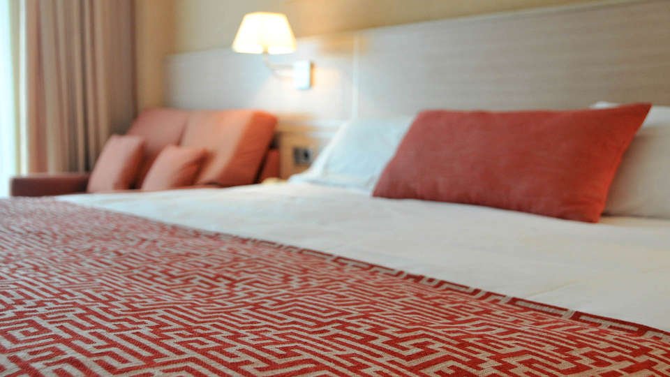 Hotel Class - EDIT_BEDROOM_01.jpg