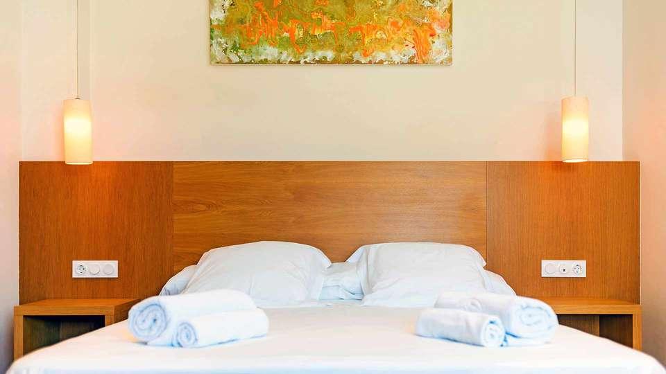 Apartamentos Turísticos Al Sur - Edit_Dormitorio-cama-doble-2.jpg