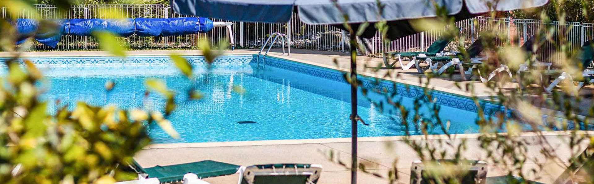 Vacancéole Le Relais du Plessis - EDIT_residence-le-relais-du-plessis-richelieu-exterieur-piscine_01.jpg