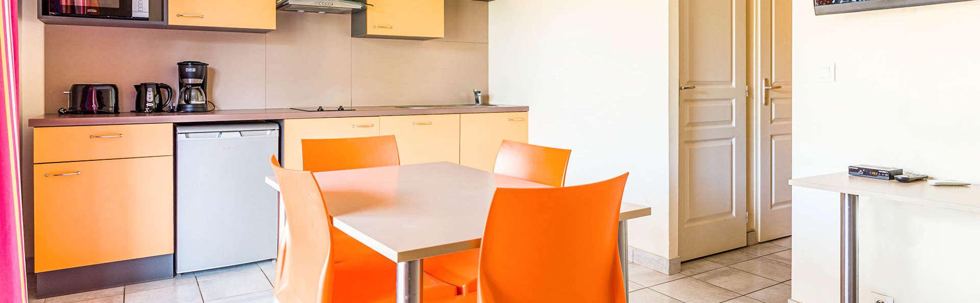 Vacancéole Le Relais du Plessis - EDIT_residence-le-relais-du-plessis-richelieu-appartement-sejour_01.jpg