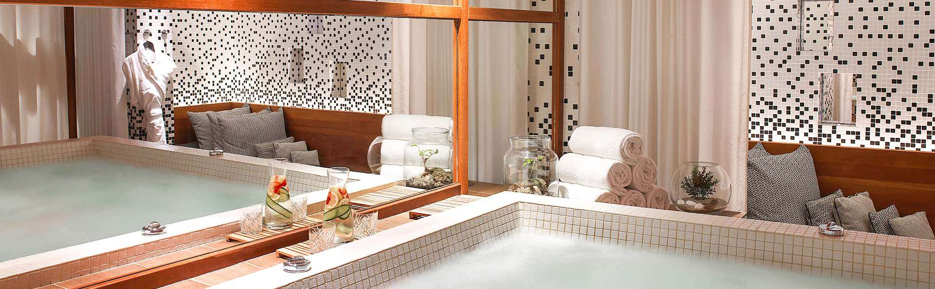 Renaissance Paris République Hotel - EDIT_RH_PARPR_Spa_Jacuzzi_01.jpg