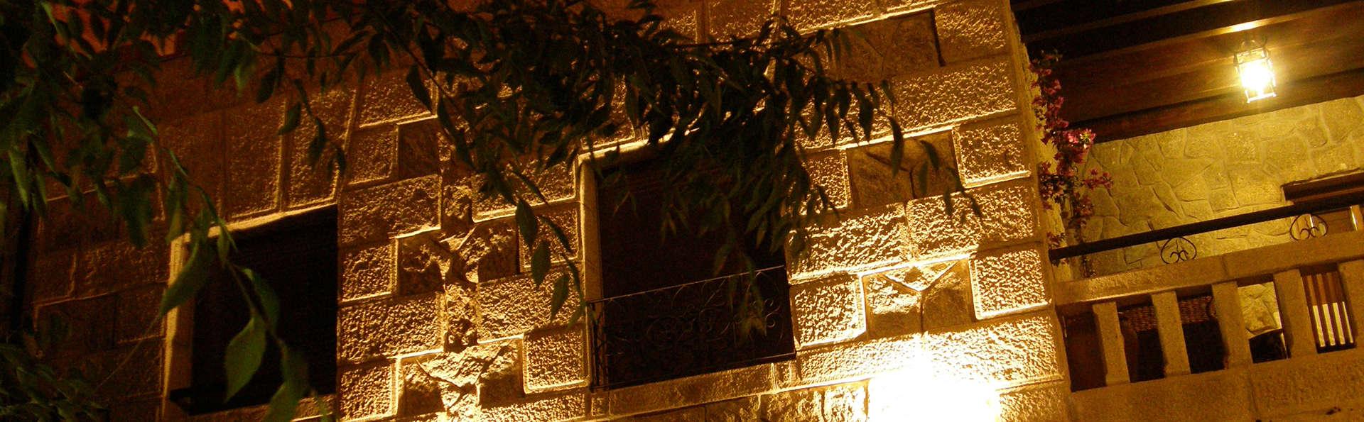 Hostal El Cerro (Adults only) - EDIT_Fachada_noche.jpg
