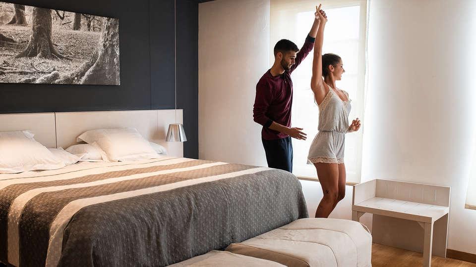 Bed4U Tudela - EDIT_pareja_bailando_habitacion.jpg
