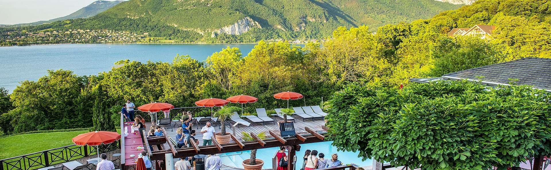 Panorama exceptionnel au bord du lac d'Annecy