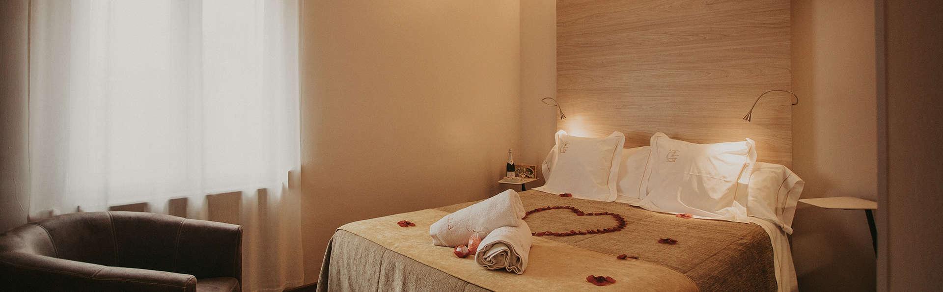 Romantisme en chambre supérieure avec bouteille de cava, pétales de roses et bain moussant
