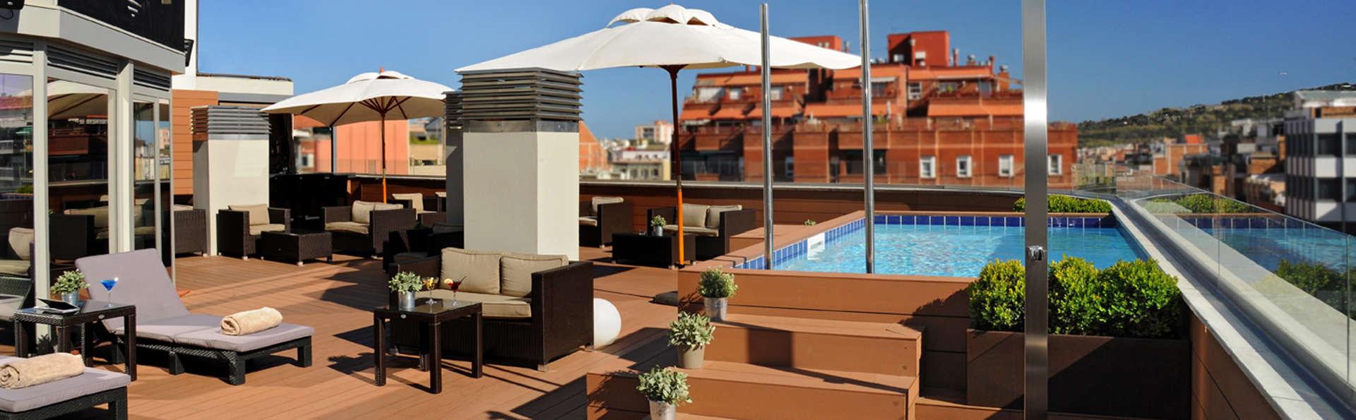 Escapada chic en Barcelona con cocktail y detalles románticos en la habitación