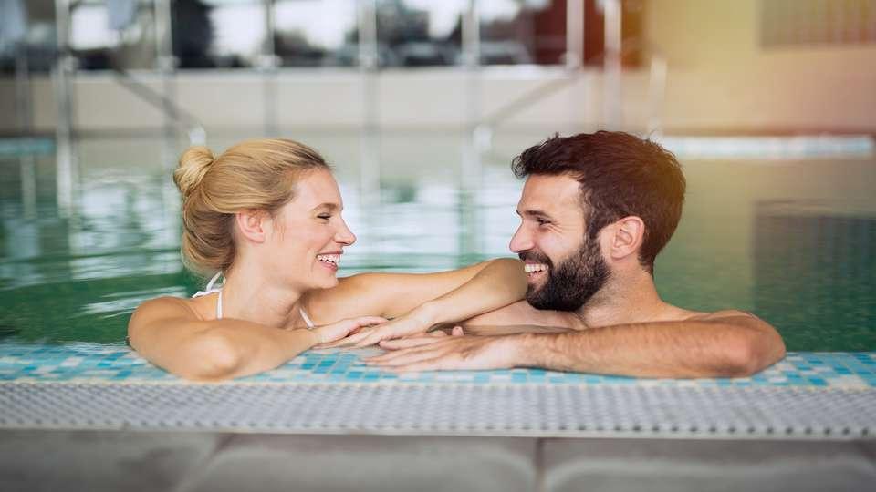 Domaine de Barres - couple_piscine.jpg