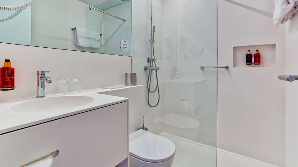 Astoria Hotel Gent - Basic_Room_bathroom.jpg
