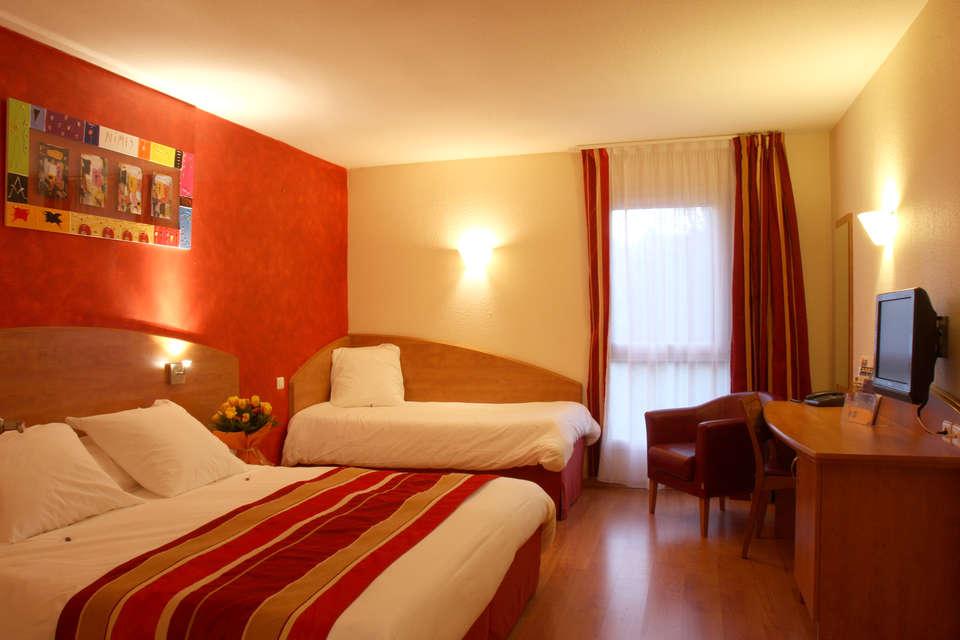 Hôtel Kyriad Nîmes Ouest - chambresuperieure.JPG