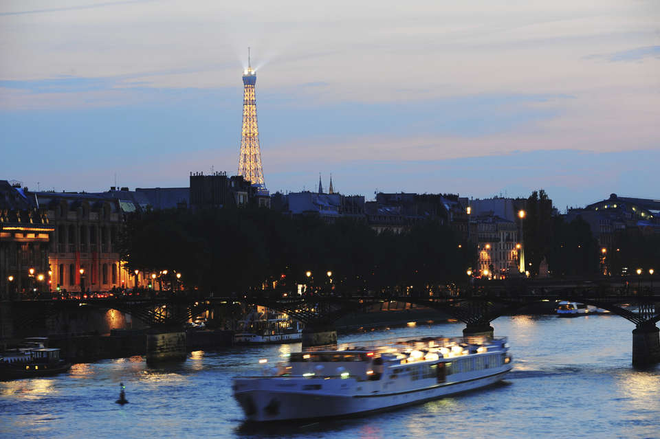 Timhôtel Bd Berthier Paris XVII ème - Tourist_Dinner_Cruise_on_Seine_River_France_with_Eiffel_Tower___iStockphoto___ThinkStock_jpg