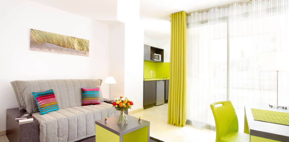 Appart city confort la ciotat c t port 3 la ciotat for Studio appart hotel paris