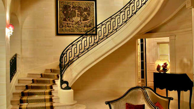 Tiara Chateau Hotel Mont Royal Chantilly - lobby stairs