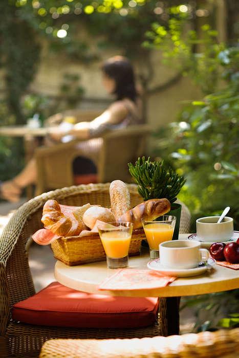 Hôtel le Dauphin  - Petit_dejeuner_dans_le_patio___bd_le_dauphin.jpg