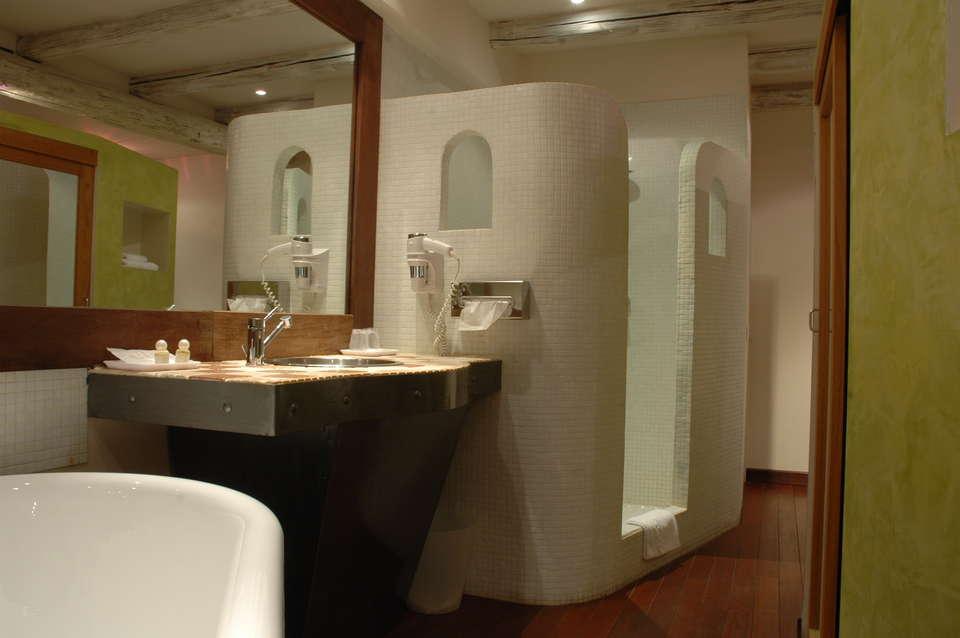 Hôtel Les Pages - chambre_pavillon___salle_de_bain_douche_et_baignoire____.JPG