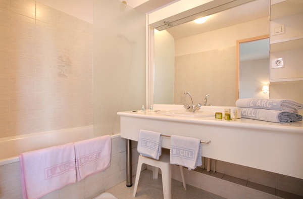 The Originals City, Hôtel L'Arc-En-Ciel, Thonon-les-Bains (Inter-Hotel) - Bathroom