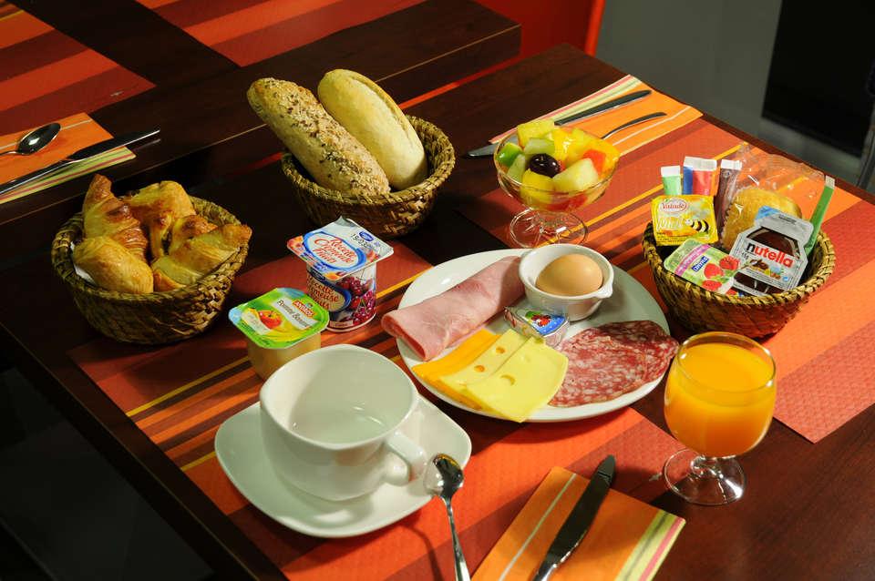 The Originals Boutique, Actuel Hôtel, Saint-Etienne Aéroport (Qualys-Hotel) - Breakfast