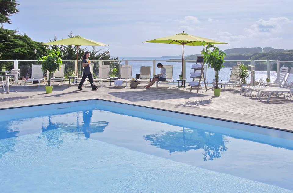 Hotel Le Cardinal Belle Ile en Mer - Cardinal_piscine_personnage.jpg