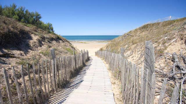 Hotel Restaurant et SPA Plaisir - Boardwalk to the beach Ile de Re France iStockphoto Thinkstock