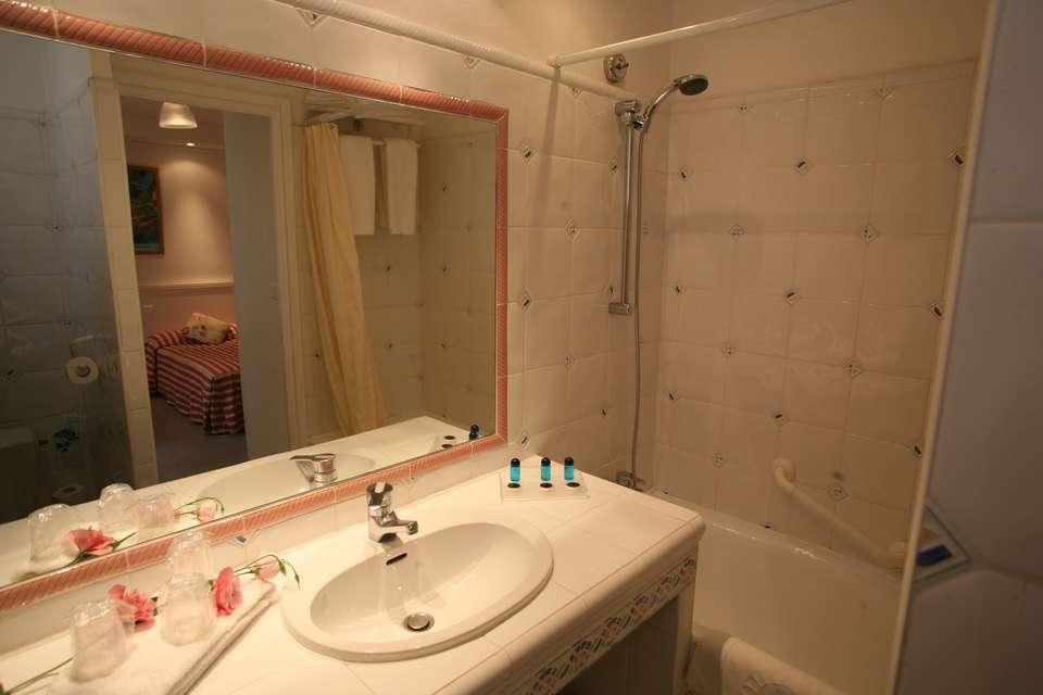 Hotel The Originals Arles Mireille (ex Inter-Hotel) - InterHotelMireille_SalleDeBain.JPG