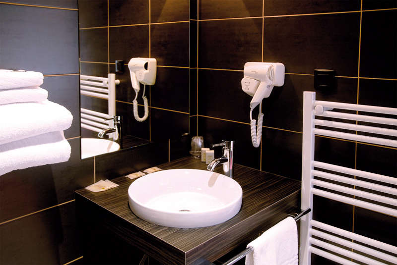 The Originals Boutique, Hôtel Le Pillebois, Bourg-en-Bresse Nord (Inter-Hotel) - Superior bathroom
