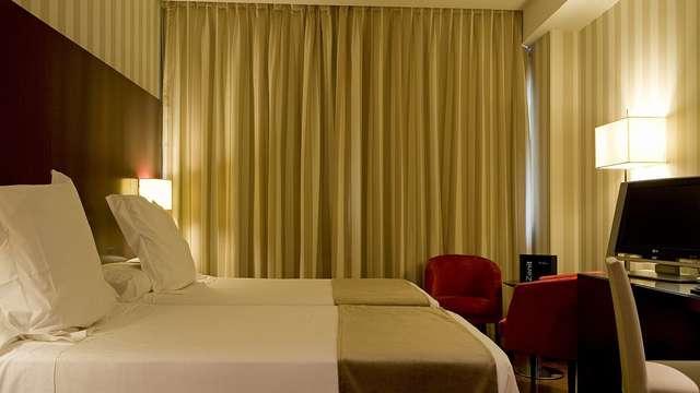 1 noche en habitación doble estándar vista a la ciudad para 2 adultos