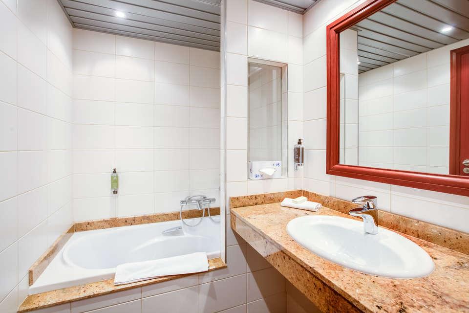 Hôtel et spa du Béryl - Bagnoles de l'Orne - 5688_hotel_du_beryl_chambre_standard_salle_de_bain_2.jpg