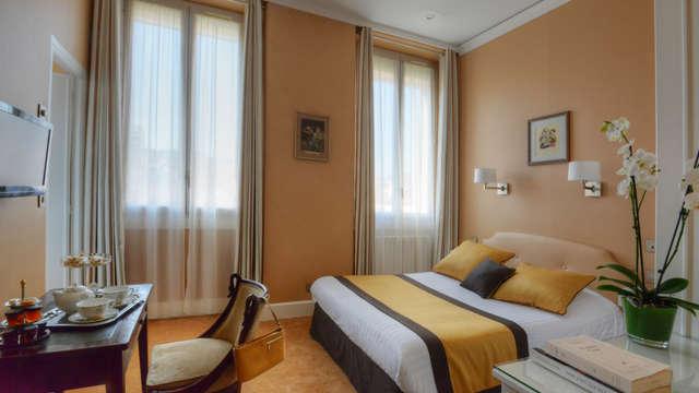 1 noche en habitación doble clásica vista a la ciudad para 2 adultos
