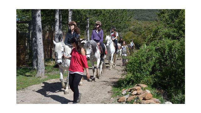 Paseo a caballo en el centro hípico Arbayun
