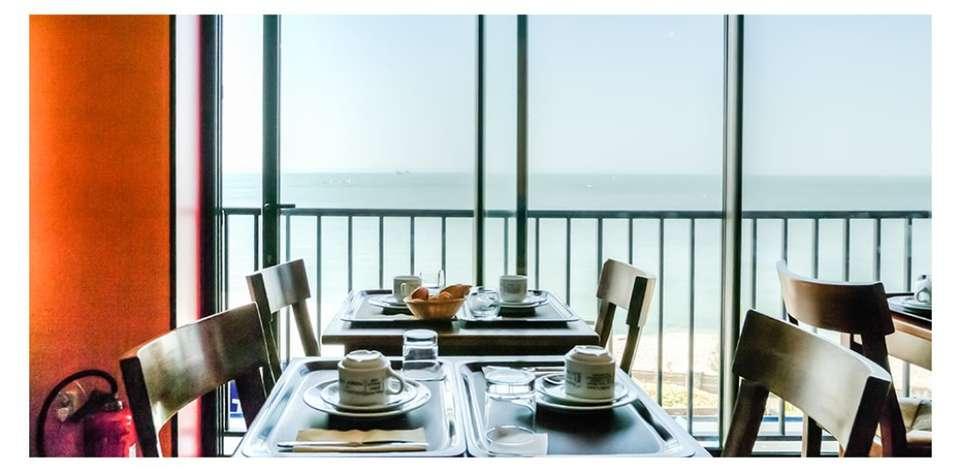 Hôtel Les Voiles sur le Front de Mer - Breakfast