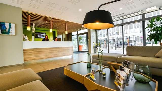 Quality Suites Lyon Lodge - a d fca d cadfb c bb