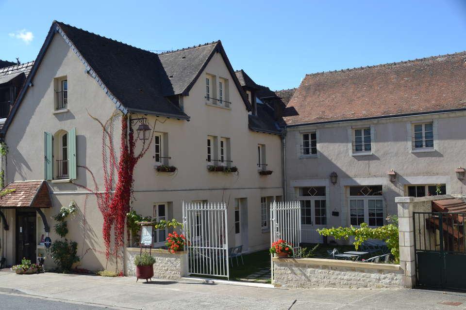 Relais de la Mothe - facade_terrasse_2012.JPG