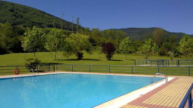 acceso a la piscina exterior a Ezcaray