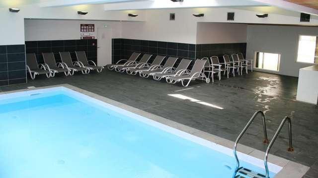 Accès à la piscine intérieure