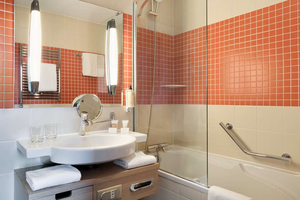 Mercure Chantilly Resort & Conventions - Dolce_Chantilly_-_Guest_Bathroom_-_Orange_-_041115.jpg