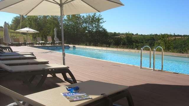 Accès à la piscine intérieure et extérieure pour 2 adultes (jour 1 et jour 2)