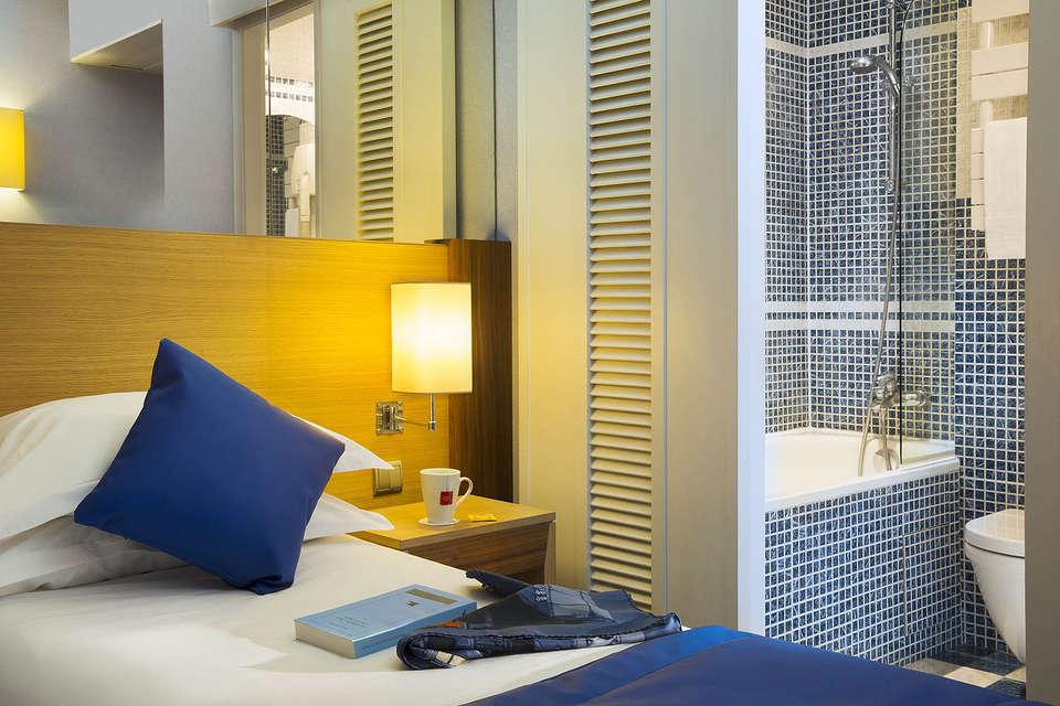 Hôtel Pavillon Bastille - 3.Chambre_bleue___salle_de_bain-02-20_bd.jpg