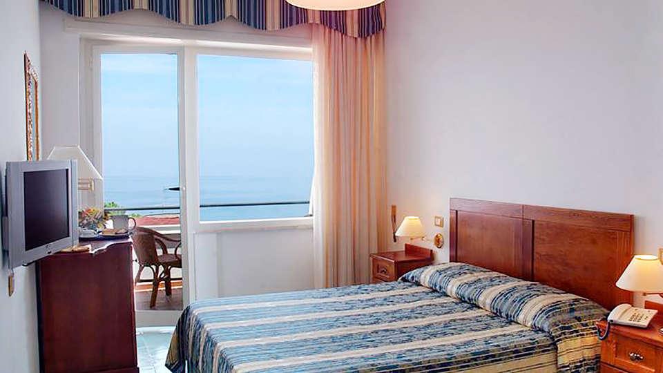 Hotel Baia - rtq_Sea-Vew-Room.jpg