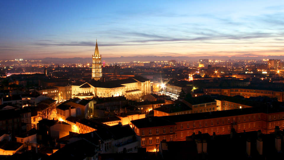 Hôtel le Trèfle - rtq_Toulouse_by_night_with_Basilique_Saint-Sernin.jpg
